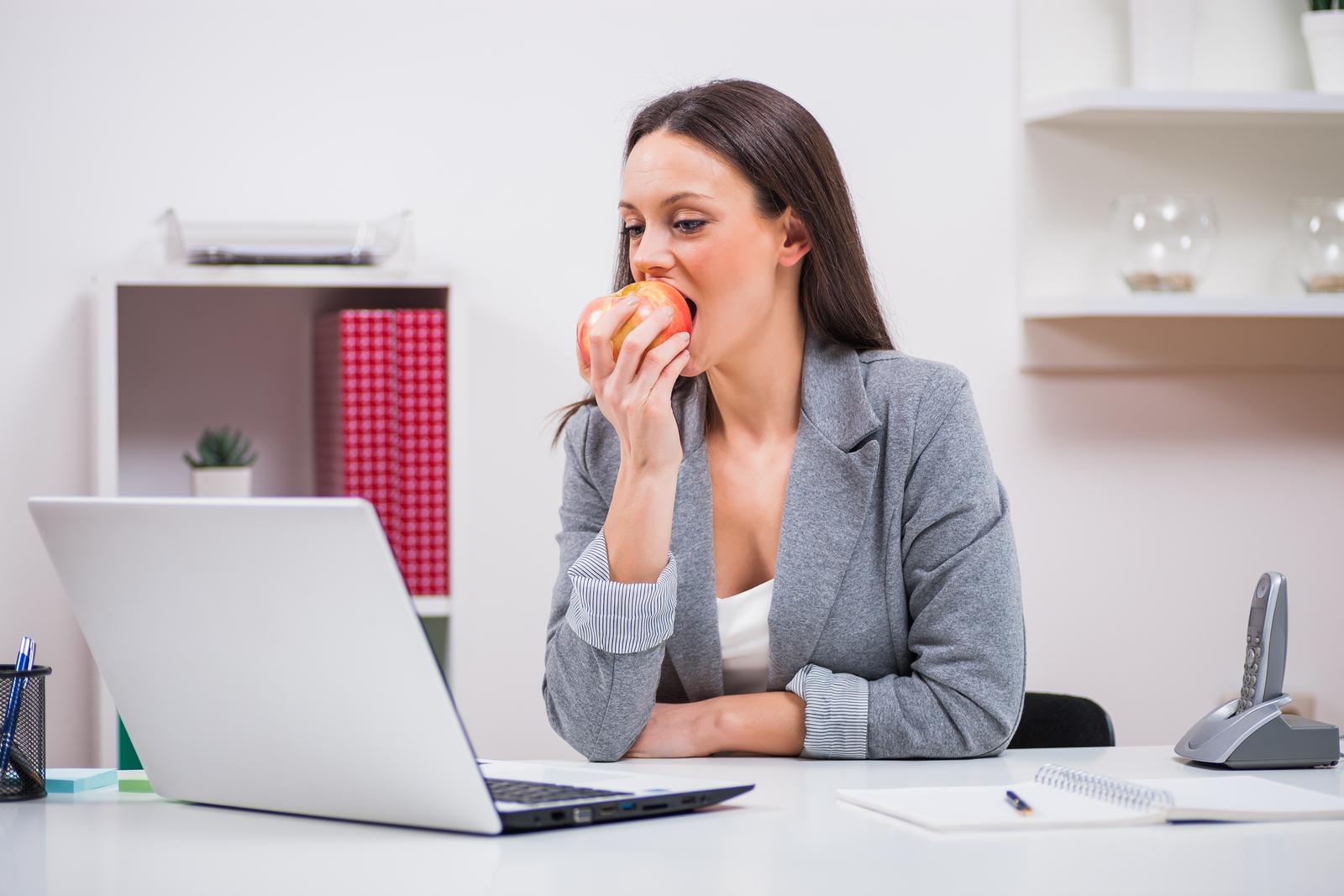 ¿Cómo elegir una colación saludable para llevar al trabajo?